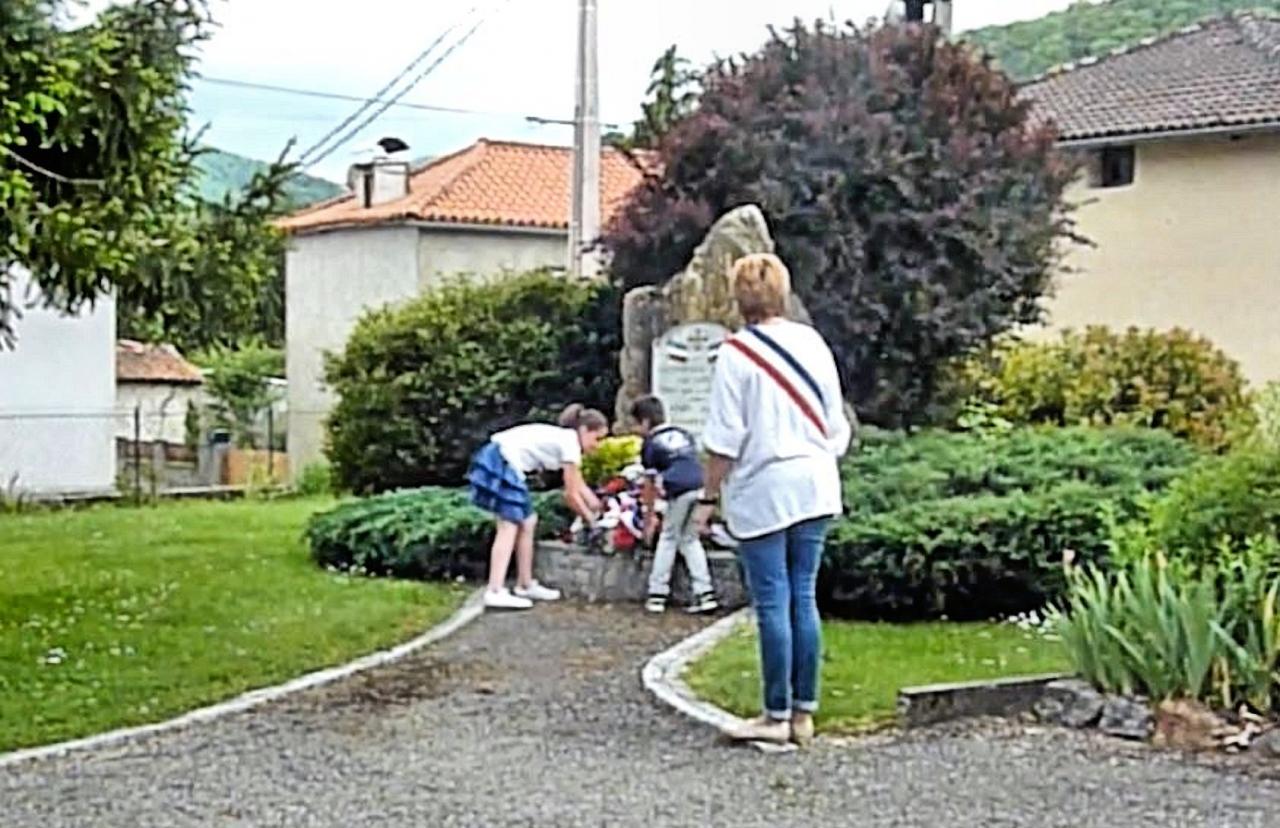 Les enfants déposent la gerbe