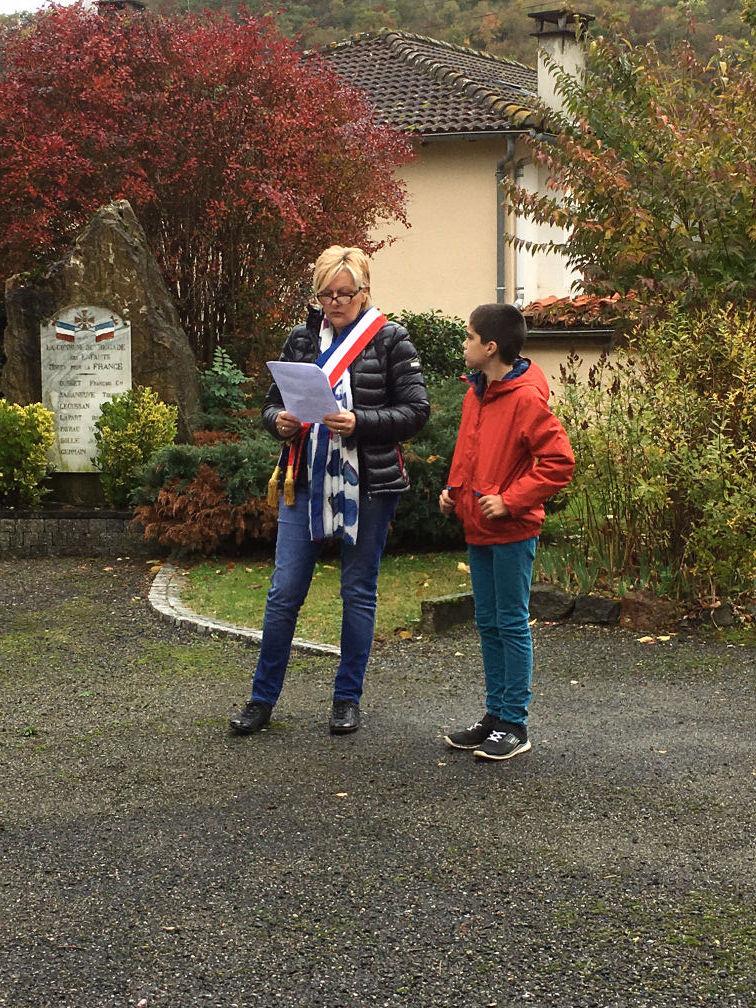 Lecture du message, Mme le Maire et son petit fils